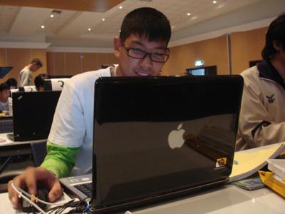 มีเพื่อนที่รู้จักกันตอนเข้าค่ายที่ม.เกษตรด้วยครับ ใช้ MacBook รุ่น HP (เนียนโคตร)