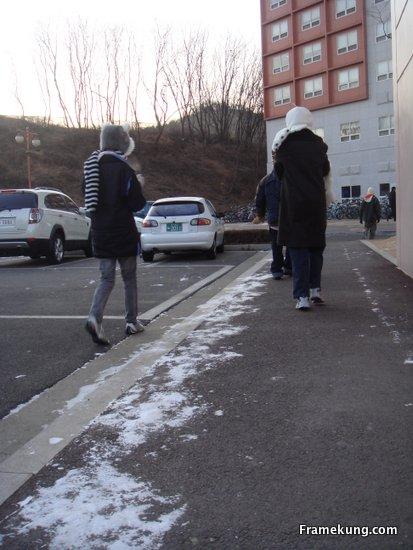 ระหว่างทางเดินปกคลุมไปด้วยหิมะครับ