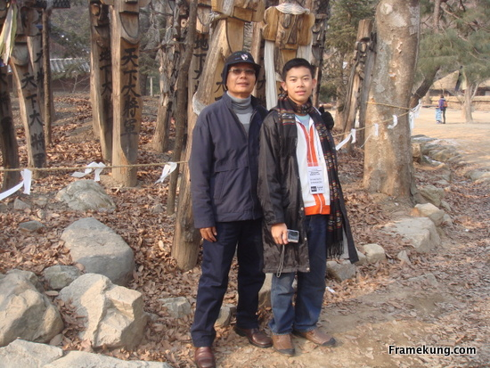 ที่ผมถ่ายกับอาจารย์ ด้านหลังเป็นความเชื่อของคนเกาหลี เกี่ยวกับเครื่องลางปัดเป่าผีสางต่างๆ ถ้าเป็นบ้านเราก็จะคล้ายๆ ผีบ้านผีเรือน ครับ