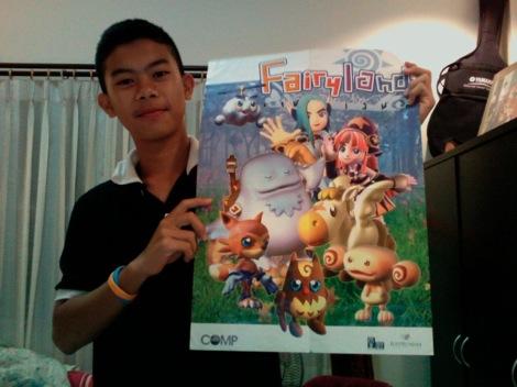 ผมกับโปสเตอร์เกม Fairyland ที่ยังเก็บไว้อยู่ แถมมากับนิตยสารคอมพ์เกมเมอร์