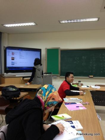 ในคลาสเรียนภาษาเกาหลีของเฟรมครับ ช่วงนี้เรียนเยอะหน่อย เรียนเช้ากับเย็น เริ่มเรียน 09.30-12.50 เป็นแบบให้เรียนด้วยตัวเองครับ มีอาจารย์มานั่งคุม ให้อ่าน แล้วก็ให้เบรคทุกๆต้นชั่วโมง
