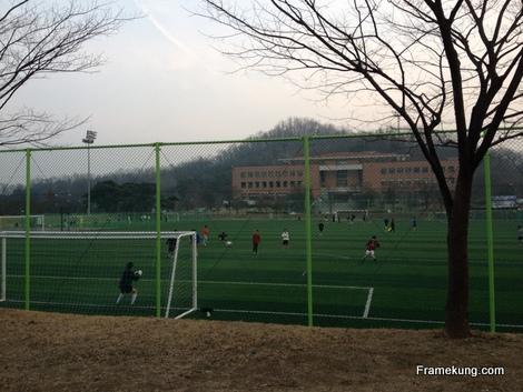 มีสนามฟุตบอลใหญ่ๆ สงสัยเหมือนกันว่าเค้าเล่นกันได้ยังไง อากาศหนาวๆแบบนี้ ฝนตกก็เล่นนะ