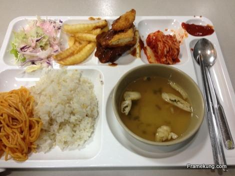 นี้ก็เป็นหน้าตาอาหารมาตรฐานในร้านอาหารของมหาวิทยาลัยครับ ราคาก็จะถูกสุดเทียบกับร้านอาหารข้างนอกมหาลัย ในมื้อนี้ก็จะมีข้าว ต่างจากข้าวไทย ไม่ได้เป็นเม็ดสวยๆ เหนียวนิดๆ มีกิมจิ มื้อนี้โอเคหน่อยที่จะมีเนื้อด้วย แล้วก็มีซุป มีมันฝรั่งทอด ทั้งหมดนี้ 2,700 วอนครับ