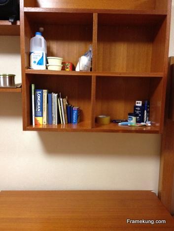 อันนี้เป็นโต๊ะของเพื่อนจากแทนซาเนีย เนื่องจากไม่ค่อยอยู่ในห้อง เค้าเลยไม่ค่อยเก็บอะไรมากเท่าไร