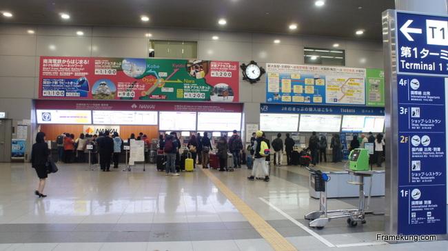 บริเวณจุดขายบัตรรถไฟของสาย Nankai และ JR Line ครับ จะไปลงที่สถานีไหน สายอะไรก็ต้องตรวจสอบให้ถูกเรียบร้อยก่อน แล้วก็มาขึ้นรถไฟที่ฝั่งตรงกันข้ามครับ