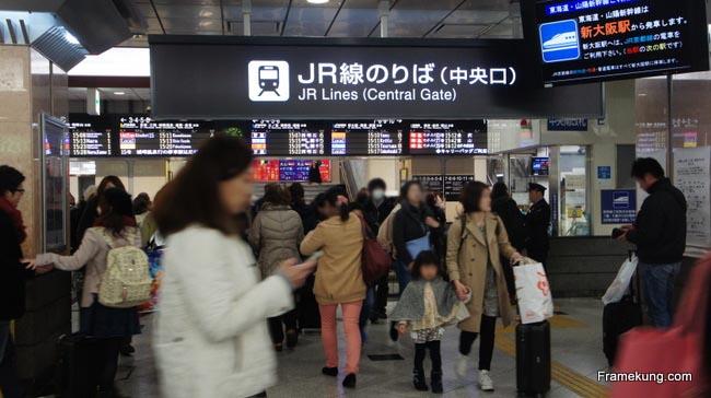 หน้าตาของประตูที่เป็นทางเข้าไปยังชานชาลารถไฟสายต่างๆ ของสถานีโอซาก้า (Osaka) ครับ (Central Gate) ดูวุ่นวายพอสมควรเลย แต่ใจเย็นๆ ค่อยๆดูไปนะครับ