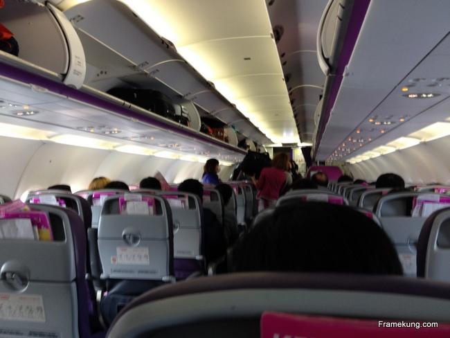 ภายในเครื่องบิน จะเป็นแบ่งเก้าอี้สองแถวเล็กๆ ตามสไตล์สายการบินราคาประหยัดครับ แต่ชอบตรงที่ว่าวันไปไม่มีดีเลย์เลยครับ ถึงตรงเวลาอีกด้วย อ้อ สายการบินพีชนี้ไม่มีอาหารบริการครับ