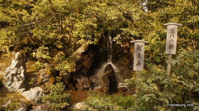 The Ryumon Taki (Carp Rock) เป็นภาพที่สวยมากครับ เป็นน้ำที่ตกลงมากระทบหิน