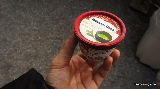 ไอศกรีม Häagen-Dazs รสชาเขียว ด้วยความที่หิวตาลายมาก (ไม่ได้กินข้าวทั้งวันเลยวันนั้น กลัวมาดูวัดไม่ทัน 555) รสชาติหอม หวาน อร่อยฟินมากก !!