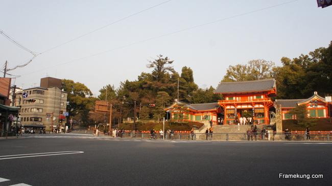 ถึงแล้ววว....วัด Yasaka ซึ่งจะเป็นประตูแรกของการเดินทางตะลุยชมวัดอีกมากมาย ต่อจากนี้ พร้อมแล้วก็ลุยกันต่อเลยครับ :D