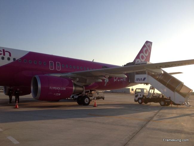 """เครื่องบินสีชมพูสวยสดนี้ เป็นเอกลักษณ์ของสายการบินนี้ล่ะครับ ข้างลำเขียนไว้ด้วยว่าเป็น """"Roots of Kawai"""" 555 เห็นแล้วน่ารักดีครับ"""