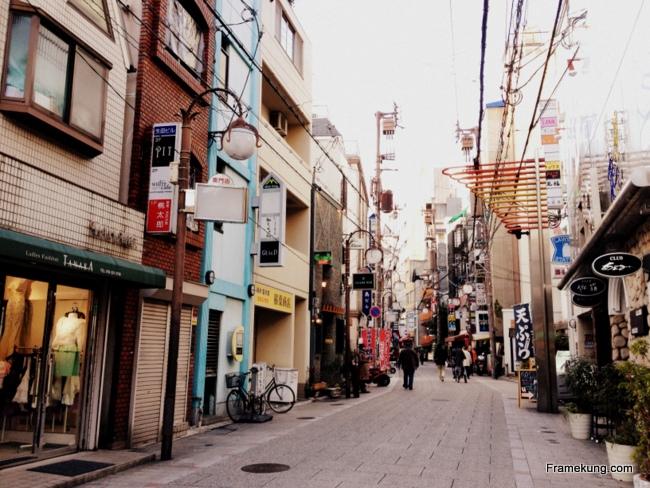 ระหว่างทางผมก็พบว่า Kobe เป็นเมืองเล็กๆ บ้านเมืองเค้าดูน่ารักดีครับ ผมเองก็เดินไปเรื่อยๆ กับสังเกตสิ่งที่ผมเดินผ่านไปเรื่อยๆ