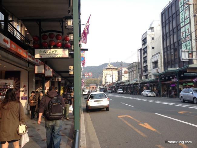 บรรยากาศเป็นแบบนี้เลยครับ สองฝั่ง ก็จะมีร้านค้า จำหน่ายของที่ระลึก ร้านอาหาร เรียงรายอยู่มากมาย ไปจนถึงวัด Yasaka ที่เป็นทางเข้าเลย...