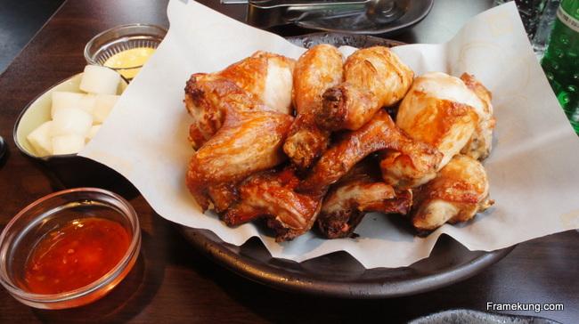 อีกสักรูป... ไก่เสิร์ฟพร้อมกับน้ำจิ้มไก่ ที่บอกว่ามันคือน้ำจิ้มไก่จากไทยก็ว่าได้, มัสตาร์ด และหัวไชเท้าดอง