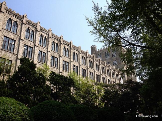 อาคารห้องสมุด ที่ผมเชื่อว่าถ่ายมุมนี้ดูยังไงก็ไม่เหมือนอยู่เกาหลี