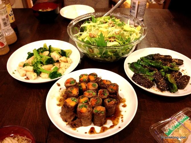 อาหารค่อนข้างหลากหลายครับ มีเนื้อห่อผัก อะไรสักอย่างที่ทำจากเต้าหู้ แล้วก็สลัดผัก อิ่มอร่อยครับสำหรับมื้อนี้