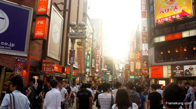 มีร้านค้ามากมายนับไม่ถ้วนครับ เป็นถนนที่แออัดจริงๆ