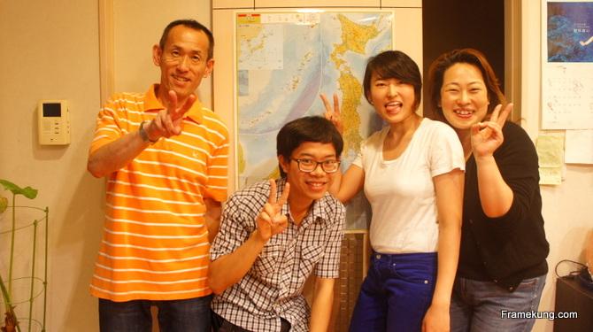 คืนสุดท้ายที่บ้านของริโกะครับ ถ่ายรูปเป็นที่ระลึกกับคุณพ่อ คุณแม่ และริโกะครับ