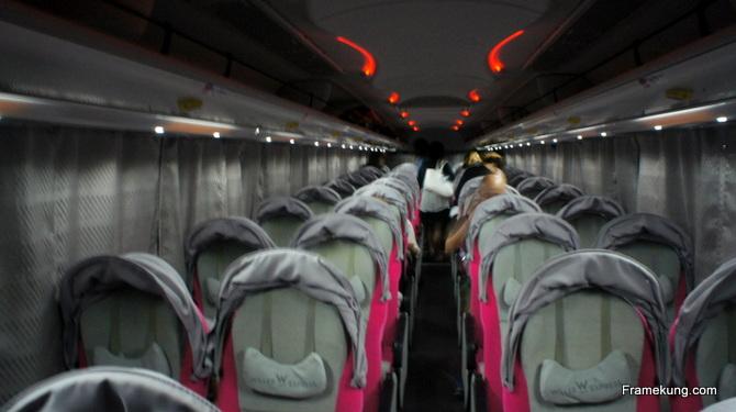 รถบัสแบบ Relax new ครับ 4 เบาะต่อแถว ไม่มีห้องน้ำครับ