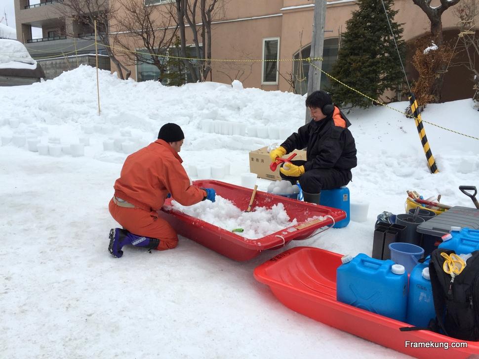คนที่นี่เค้าก็ช่วยกันปั้นหิมะกันอย่างขยันขันแข็งเลยล่ะครับ