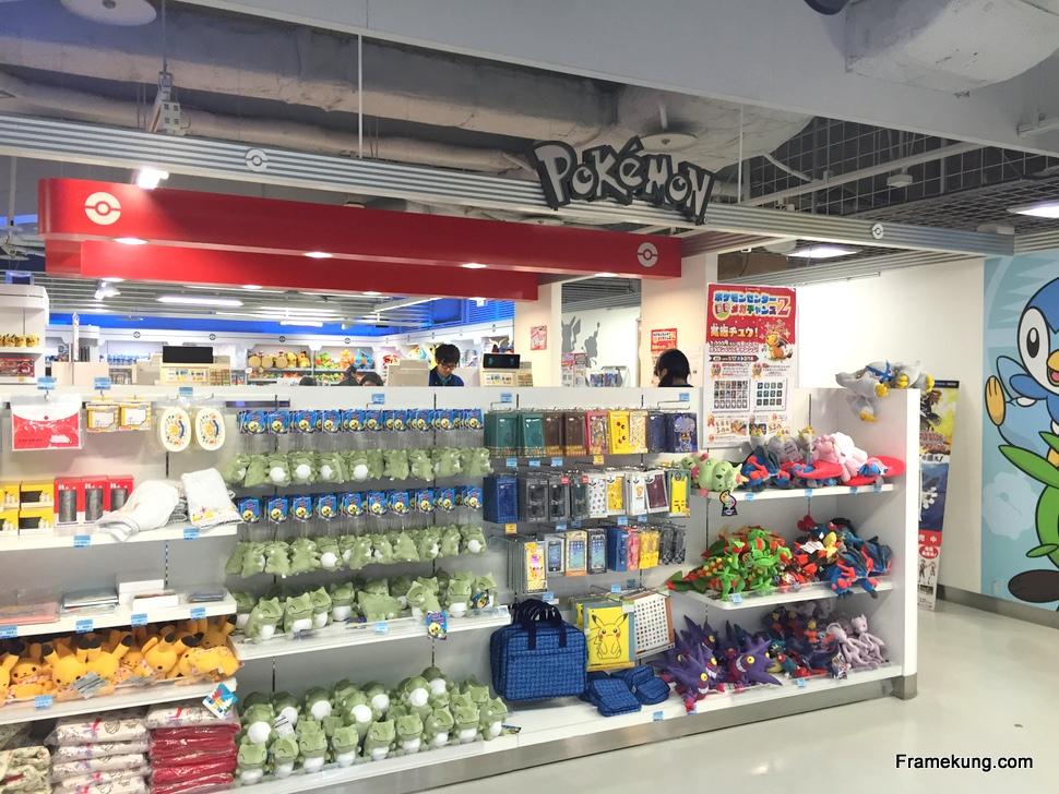มี Pokemon Center ช็อปโปเกมอนด้วย อยู่ชั้นล่างจากตรงตรอกราเม็งเมื่อกี้ชั้นนึงครับ
