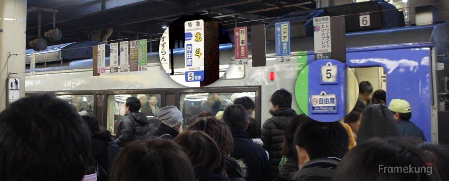 รอบที่จะไปของผมนั้น เป็นขบวนแบบ Hokuto ครับ ผมก็เดินมาตรงป้ายที่เขียนไว้ว่า Hokuto แล้วก็เลข 5 ถ้าเห็นตัวคันจิ ก็จะเขียนไว้ชัดเจนว่าเป็น Non-reserved seat ครับ ผมจึงทำจุดสังเกตไว้ให้ดู ก็จะเห็นว่าคนตรงนี้จะเยอะเป็นพิเศษครับ