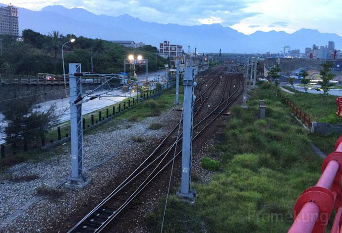 รางรถไฟมองจากบนสะพาน แล้วลองมองออกไปไกลกว่านี้จะเห็นภูเขาล้อมอยู่ สวยจริงๆครับ