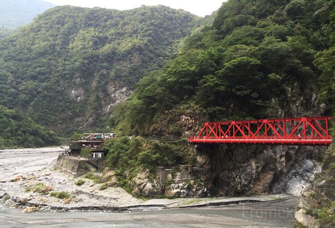 เดินข้ามสะพานมาทางวัด พอมองกลับไปก็จะเห็นสะพานสีแดงสดใสทอดผ่านอย่างที่เห็นนี้ล่ะครับ