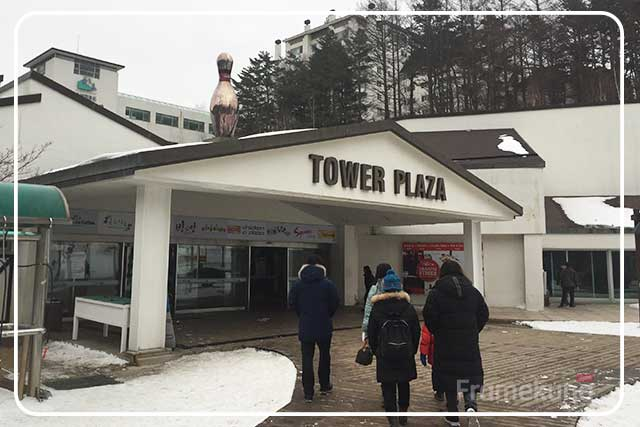 อาคาร Tower Plaza จะอยู่ใกล้ๆกับลานจอดรถครับ เป็นอาคารแรกที่เราจะเห็น ในนี้มีร้านอาหารและจุดขายตั๋วขากลับครับ