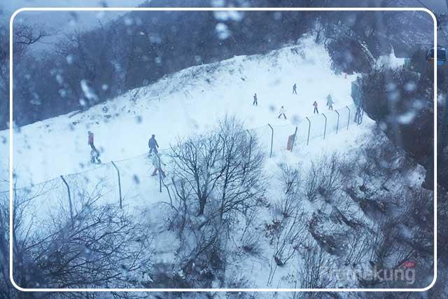 เส้นทางลงก็ เราก็จะได้เห็นคนเล่นสกีกันเป็นทางเลยล่ะครับ แค่ได้ดูก็ยังสนุกเลย ไม่รู้ว่าของจริงจะขนาดไหนต้องหาโอกาสไปลองบ้างแล้ว